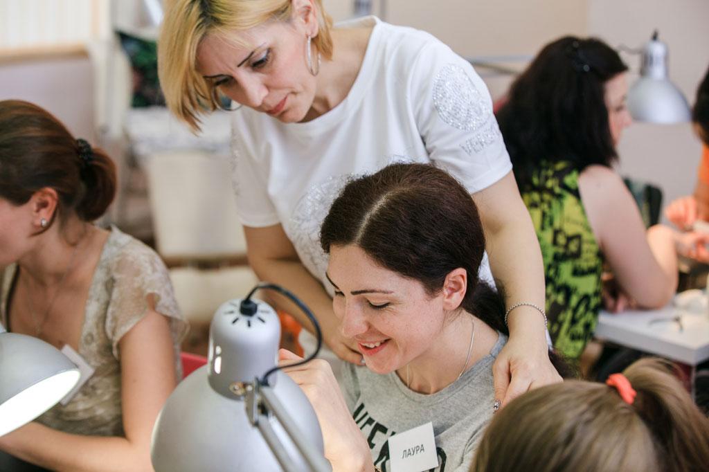 Преподаватель и ученица в момент отработки практики