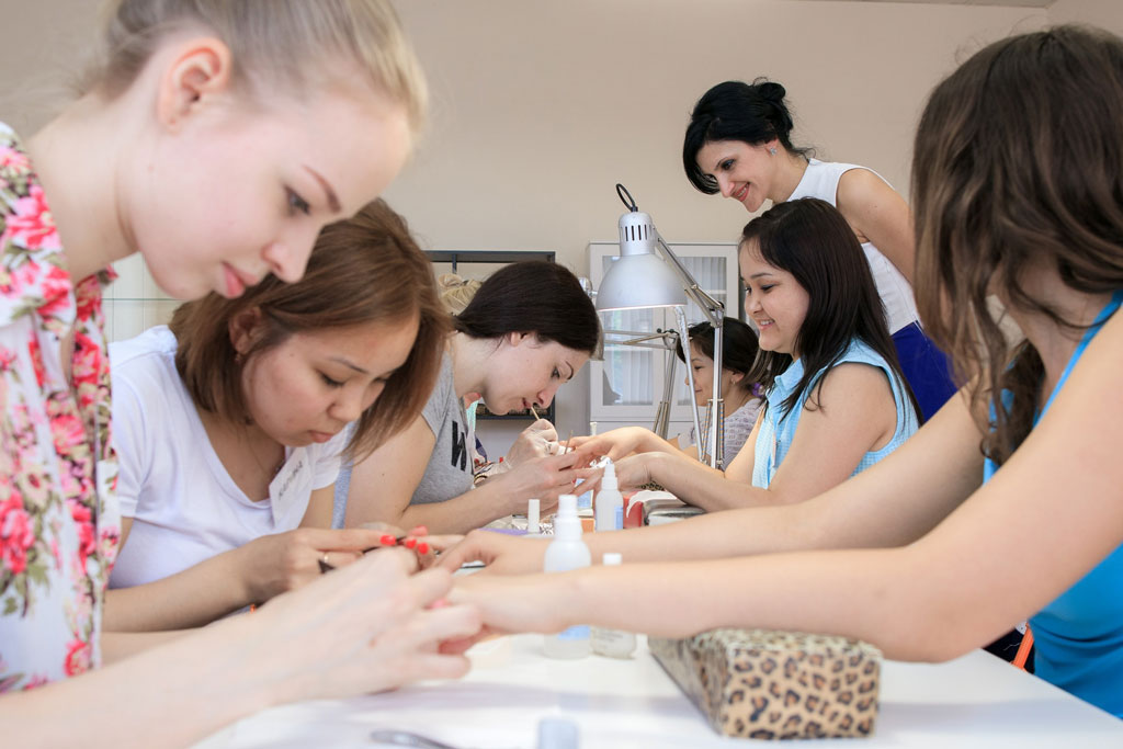 Ученицы наносят на ногти лак