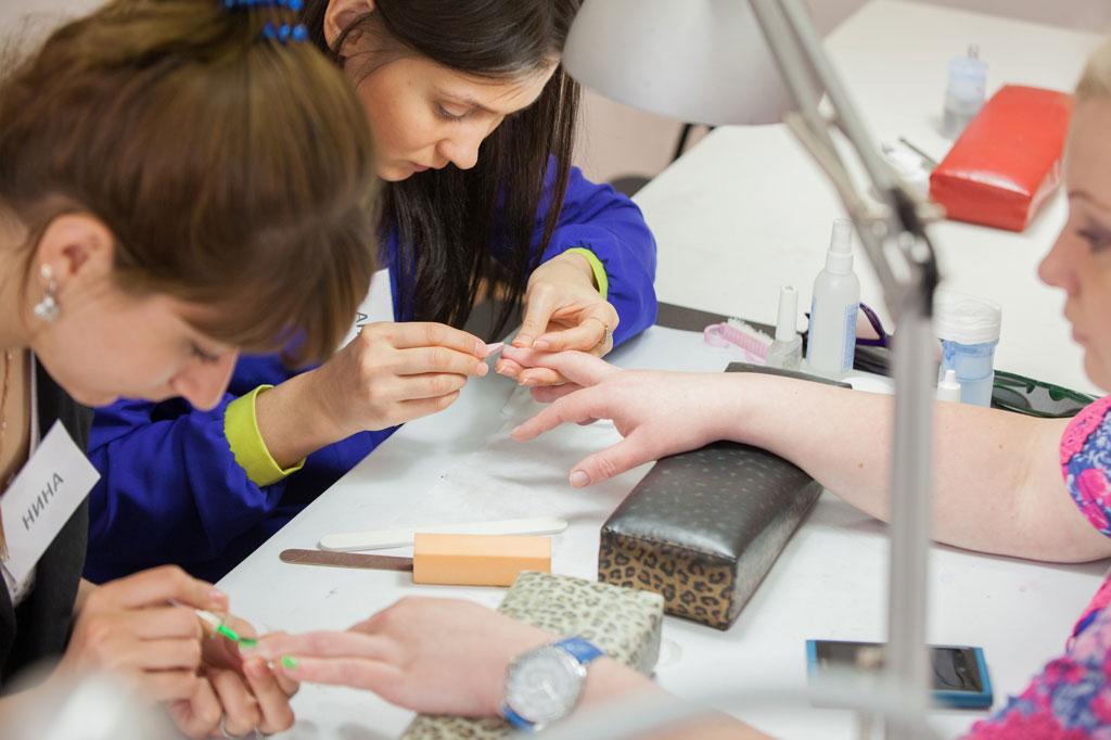 Ученица обрабатывает ногтевую пластину пилкой