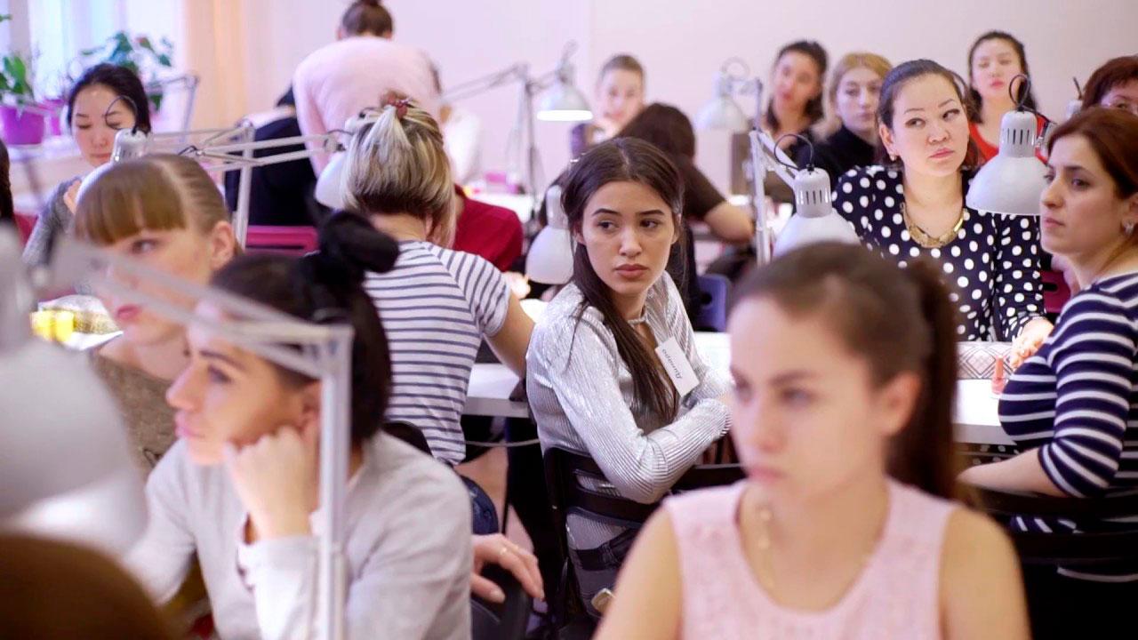 Ученицы слушают лекцию педагога о ногтях