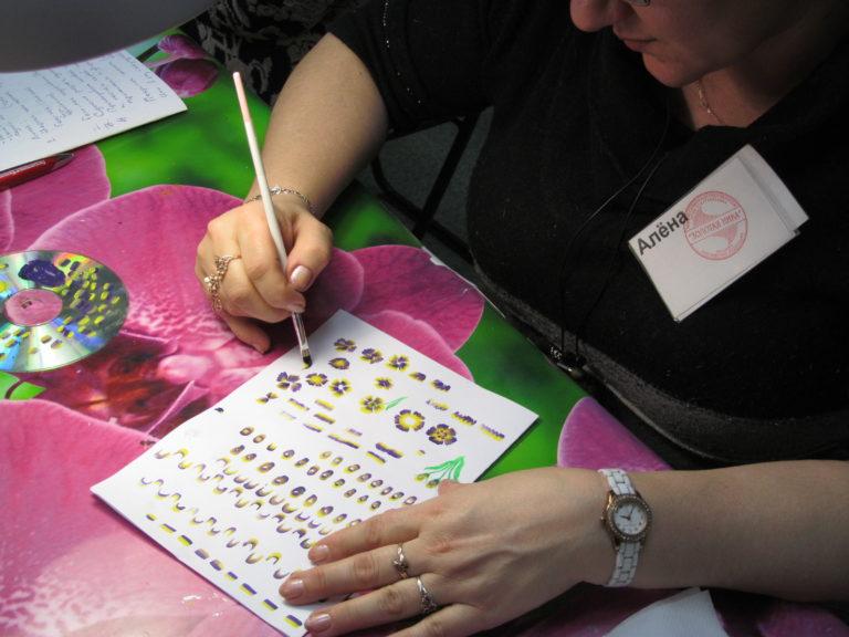китайская роспись -дизайн выполняет ученица