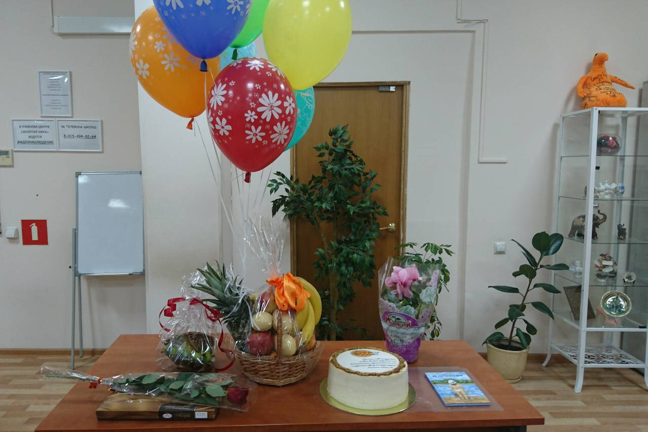 Торт и цветы от учеников