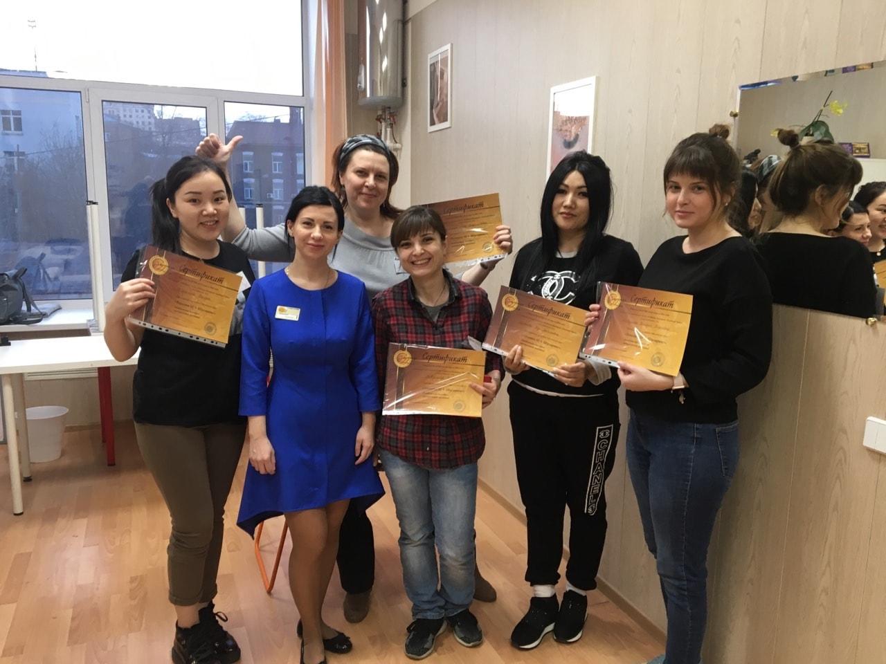 Педагог и выпускницы с сертификатами