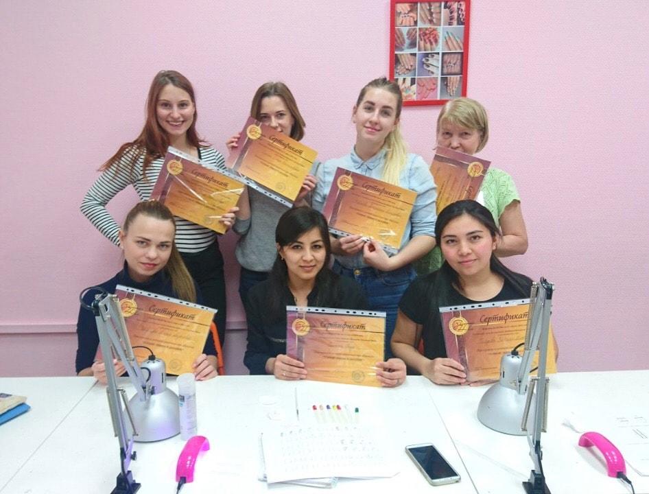 Ученицы с сертификатами